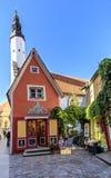 Facciata della costruzione e torre rosse di una chiesa a Tallinn Immagine Stock