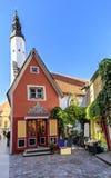 Facciata della costruzione e torre rosse di una chiesa a Tallinn Fotografia Stock Libera da Diritti