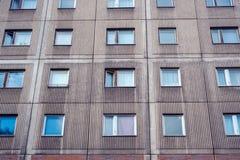 Facciata della costruzione - Plattenbau - esterno di costruzione dell'appartamento - Immagine Stock Libera da Diritti