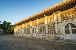 Facciata della moschea di Sarkhej Roza a Ahmedabad Immagine Stock
