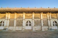 Facciata della moschea di Sarkhej Roza, Ahmedabad Fotografia Stock