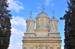 Facciata della parte superiore della chiesa del Curtea de Arges Fotografie Stock Libere da Diritti