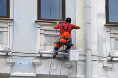 Facciata della pittura del lavoratore del costruttore di grattacielo Fotografie Stock Libere da Diritti