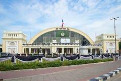 Facciata della stazione ferroviaria di Hua Lamphong nel pomeriggio nuvoloso, Bangkok, Tailandia Fotografia Stock