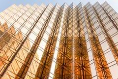 Facciata della torre dell'edificio per uffici di colore dell'oro nel centro di affari Fotografia Stock