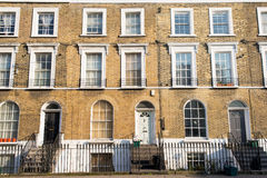 Facciata delle case di città residenziali vittoriane fatte in mattone giallo Immagine Stock Libera da Diritti