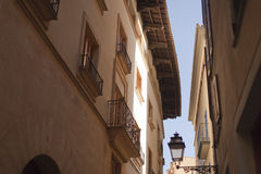 Facciata delle case spagnole Mediterranee beige contro un chiaro cielo blu Immagine Stock