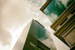 Facciata delle costruzioni di affari con l'atmosfera dorata fotografia stock libera da diritti