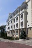 Facciata di alloggio residenziale nel tipo di verde della località di soggiorno Immagini Stock Libere da Diritti