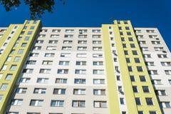 Facciata di alta costruzione di appartamento moderna sotto il cielo blu fotografia stock