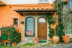 facciata di bella costruzione con le piante in vaso ed i fiori in Castel Gandolfo, Roma fotografia stock libera da diritti