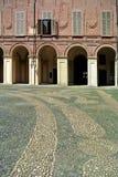 Facciata di costruzione antica con il patio ed il portico Fotografia Stock