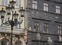 Facciata di costruzione antica differente con le finestre e una torcia elettrica Immagini Stock