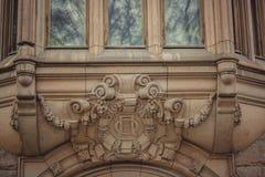 Facciata di costruzione architettonica del dettaglio con il balcone fotografia stock libera da diritti