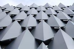 Facciata di costruzione decorata con progettazione grafica d'acciaio fotografia stock