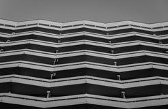 Facciata di costruzione moderna in bianco e nero fotografie stock