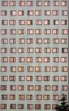 Facciata di edificio residenziale moderno Windows nel picchiettio regolare fotografia stock libera da diritti