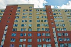 Facciata di grande casa con gli appartamenti e le finestre di colore marrone Fotografie Stock Libere da Diritti