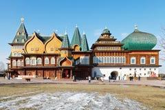 Facciata di grande palazzo di legno in Kolomenskoe fotografia stock libera da diritti