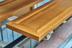 Facciata di legno della mobilia laccato Dettaglia la produzione del legno Fotografia Stock
