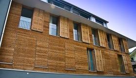 Facciata di legno moderna della casa fotografie stock