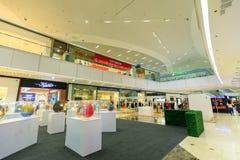 Facciata di MP Aura Premier, centro commerciale in Taguig, Filippine immagine stock
