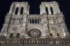 Facciata di Notre Dame alla notte Immagine Stock Libera da Diritti