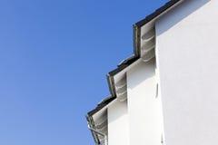 Facciata di nuova casa con cielo blu immagine stock