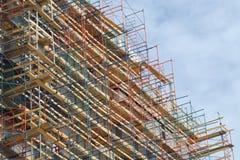 Facciata di rinnovamento del sito della costruzione di edifici dell'impalcatura del grattacielo alta Immagine Stock Libera da Diritti
