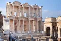 Facciata di Roman Library con le colonne di pietra in ephesus Archaeologica immagini stock