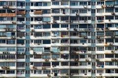 Facciata di un edificio in condominio di appartamento in un grattacielo nella città sovrappopolata di Mumbai, India Fotografie Stock Libere da Diritti