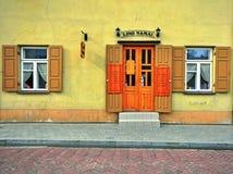 Facciata di un ristorante nella vecchia città di Vilnius Fotografie Stock