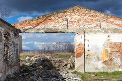 Facciata di una casa abbandonata senza un tetto Fotografie Stock