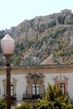 Facciata di una casa con tre balconi in Scicli in Sicilia (Italia) Fotografia Stock