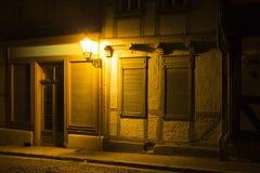 Facciata di una casa a graticcio alla notte Immagine Stock