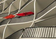 Facciata di una casa residenziale con i parasoli rossi Immagini Stock