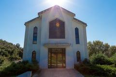 Facciata di una chiesa con il Sun immagini stock