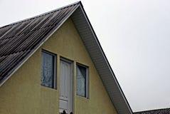 Facciata di una costruzione con un tetto della porta e di ardesia della finestra Fotografie Stock