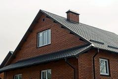 Facciata di una costruzione con un tetto della porta e di ardesia della finestra Fotografie Stock Libere da Diritti