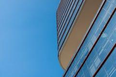Facciata di una costruzione corporativa moderna con il cielo blu nel backg immagini stock