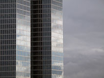 Facciata di una costruzione moderna dell'ufficio Fotografia Stock Libera da Diritti