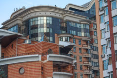 Facciata di una costruzione moderna e multipiana Immagini Stock