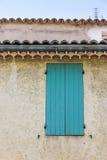 Facciata di una costruzione tradizionale in L'Isle-sur-La-Sorgue Provenence Immagine Stock