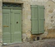 Facciata di vecchia casa con una porta e una finestra fotografie stock