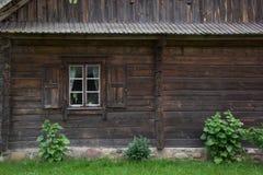 Facciata di vecchia casa di legno Immagine Stock