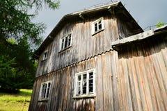 Facciata di vecchia casa di legno spaventosa abbandonata Fotografie Stock