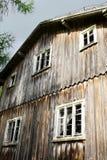 Facciata di vecchia casa di legno spaventosa abbandonata Fotografia Stock