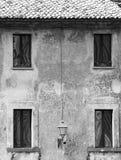 Facciata di vecchia casa, una lanterna, quattro finestre, Orvieto, Italia, in bianco e nero immagini stock