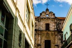 Facciata di vecchia cattedrale coloniale a vecchia Avana, Cuba fotografia stock libera da diritti