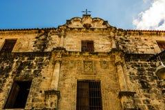 Facciata di vecchia cattedrale coloniale a vecchia Avana, Cuba fotografia stock